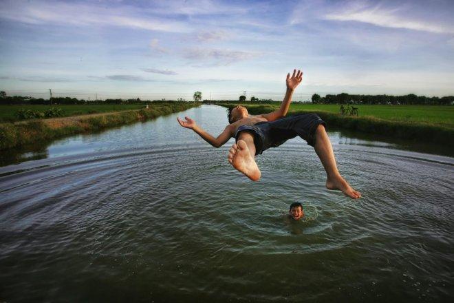 kids-jumping-water